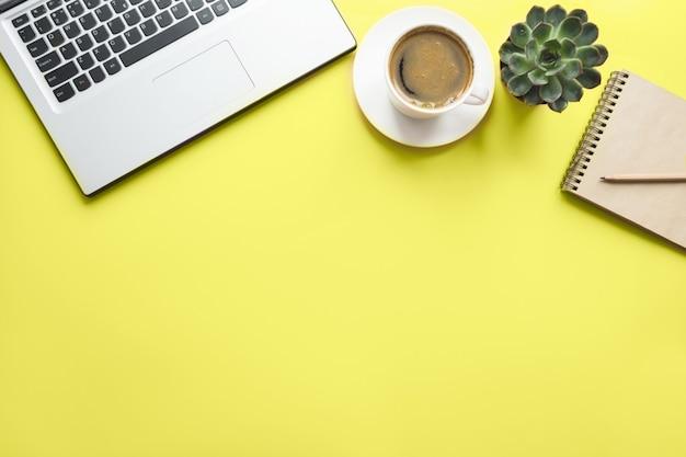 Laptop aberto, planejamento e xícara de café. vista superior com copyspace. processo de trabalho. Foto Premium