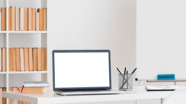 Laptop com área de trabalho de espaço de cópia em uma biblioteca Foto gratuita