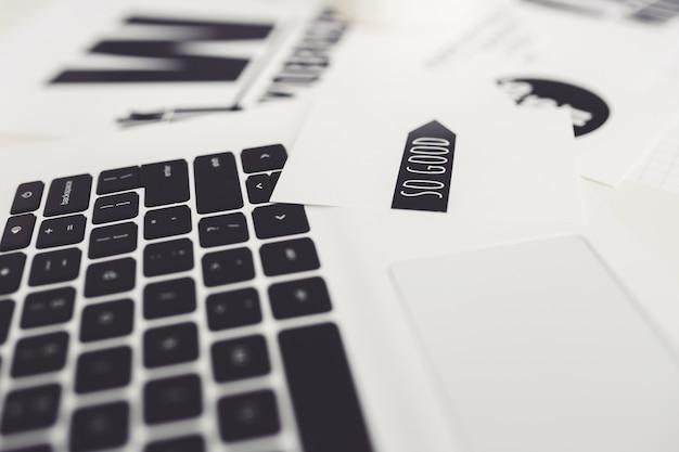 Laptop com artigos sobre Foto gratuita