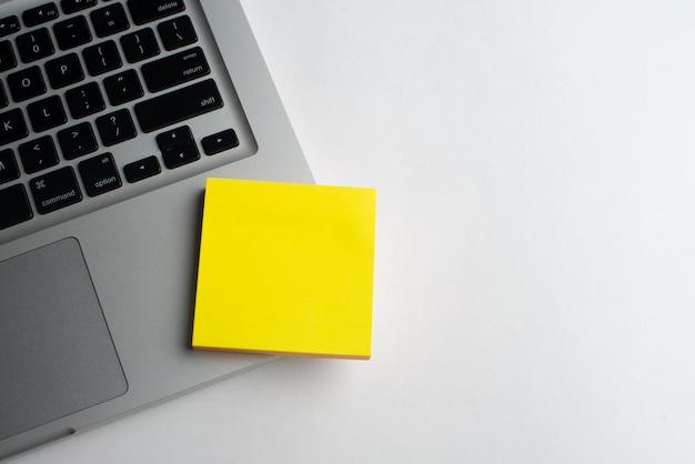Laptop com blocos amarelos na mesa Foto Premium