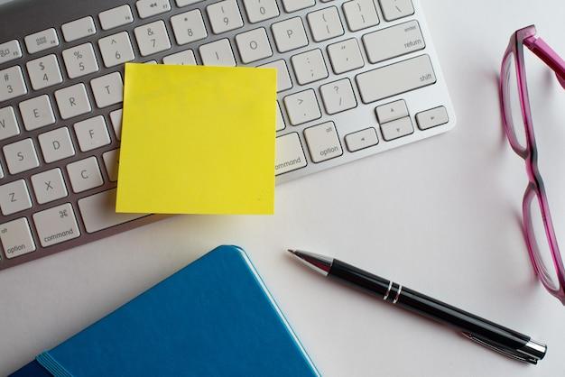 Laptop com caneta preta, óculos com notebook Foto Premium