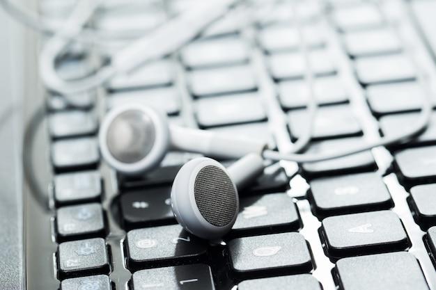 Laptop com fones de ouvido Foto gratuita
