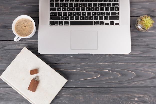 Laptop com stick usb na mesa Foto gratuita