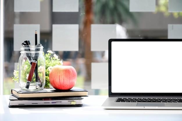Laptop de maquete com tela em branco e suprimentos Foto Premium