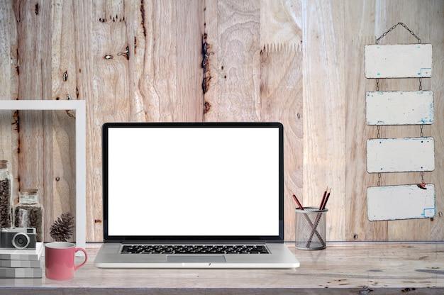 Laptop de tela em branco de maquete na mesa de madeira com suprimentos. Foto Premium