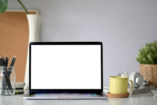 Laptop de tela em branco de maquete na mesa de madeira do espaço de trabalho Foto Premium