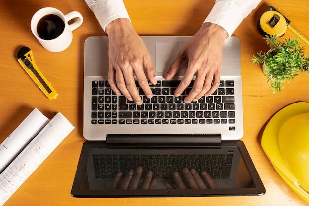 Laptop de vista superior com itens de café e artigos de papelaria Foto gratuita