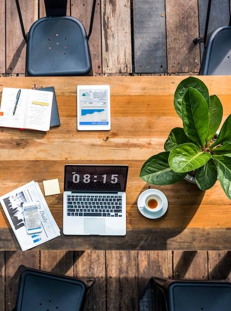 Laptop digital, trabalhando o conceito de negócio global Foto gratuita
