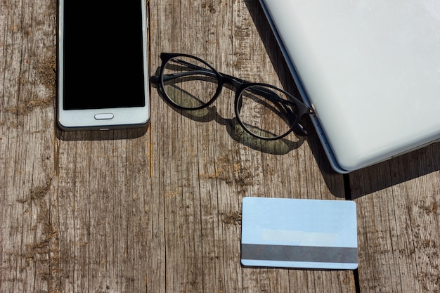 Laptop e cartão de crédito estão na mesa Foto Premium
