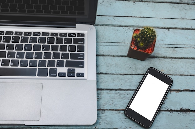 Laptop e smartphone na mesa Foto Premium