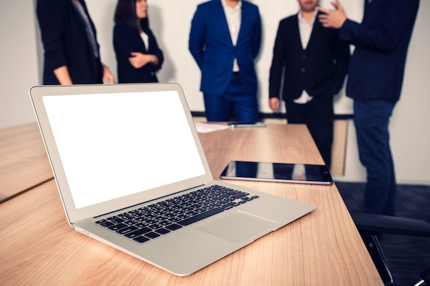 Laptop na mesa na sala de reuniões Foto Premium