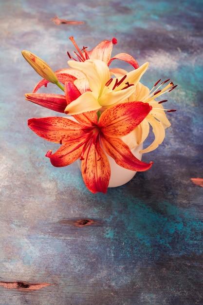 Laranja e amarelo lilly flores Foto Premium