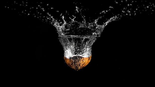 Laranja mergulhando na água Foto gratuita