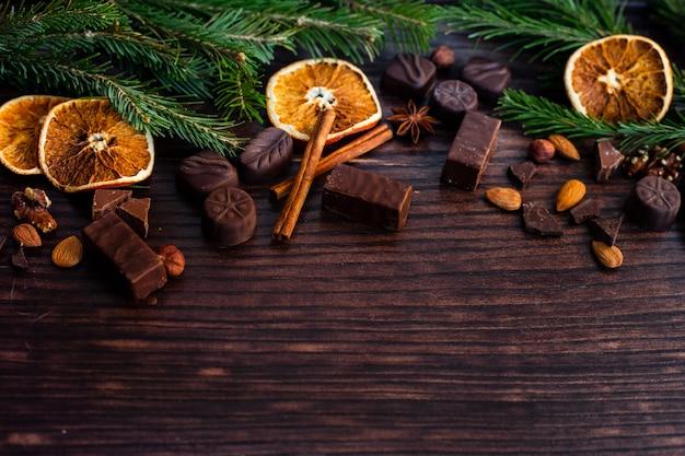 Laranja seca e folhas no fundo de madeira Foto Premium