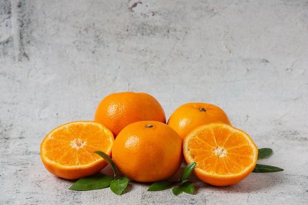 Laranjas frescas cortadas em um fundo branco Foto gratuita