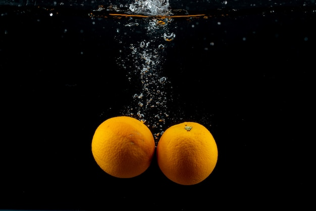 Laranjas frescas na água Foto gratuita