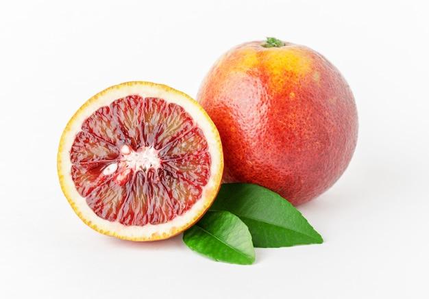 Laranjas vermelhas maduras frescas no fundo branco Foto Premium