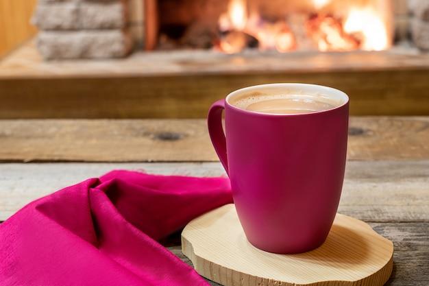 Lareira aconchegante e uma xícara de chá com leite, em casa de campo, férias de inverno. Foto Premium