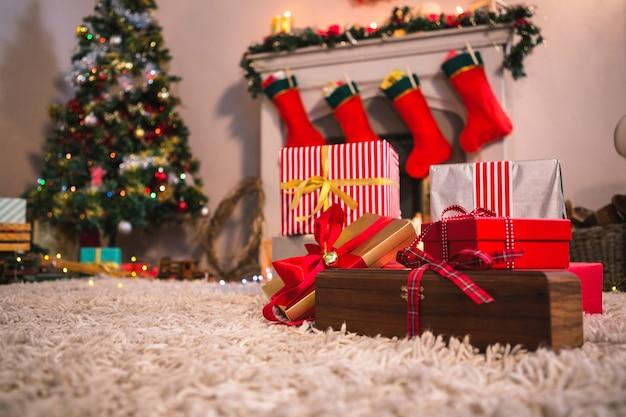 Lareira decorada com motivos de natal Foto gratuita