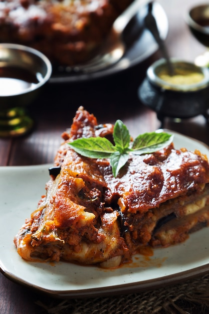 Lasanha de berinjela com queijo, carne, molho de tomate e manjericão Foto Premium
