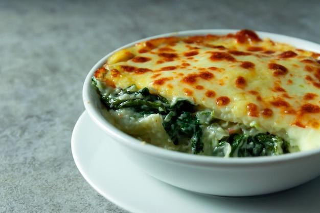 Lasanha de espinafre com queijo comida italiana, lasanha vegetariana Foto Premium