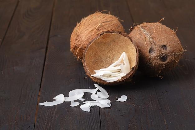 Lascas de coco assado orgânico flocos com açúcar Foto Premium