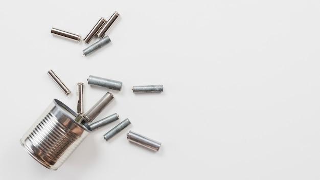 Lata com velhas baterias usadas Foto gratuita