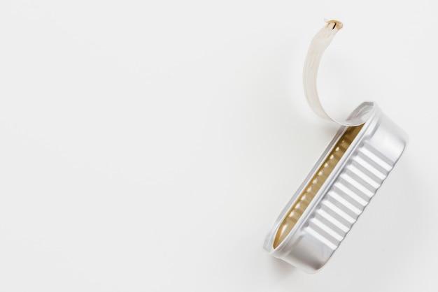 Lata de lata vazia descartada na superfície clara Foto gratuita