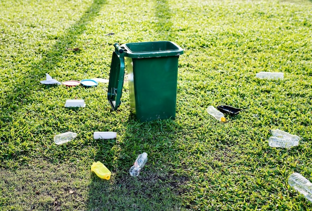 Lata de lixo e lixo no chão Foto gratuita