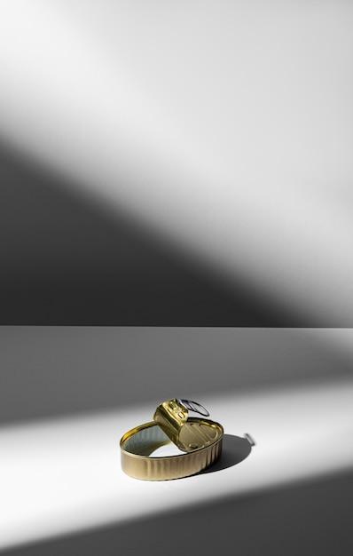 Lata dourada de ângulo alto com espaço de cópia Foto gratuita