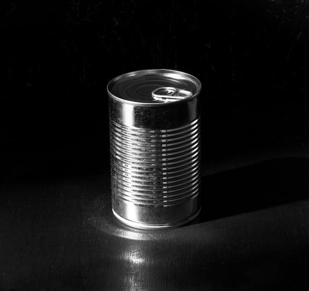 Lata redonda de prata de ângulo alto Foto gratuita