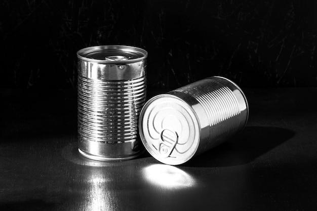 Latas altas de prata redonda Foto gratuita