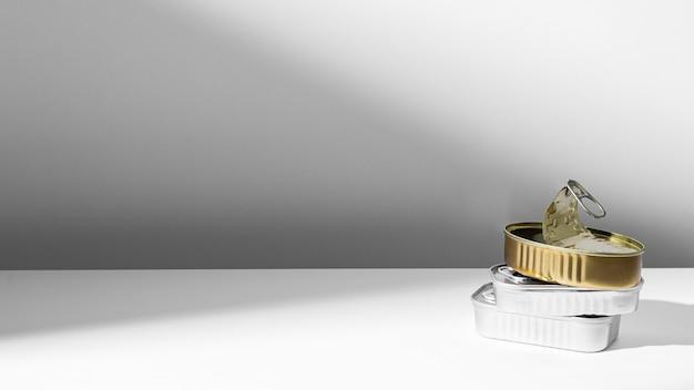 Latas de alto ângulo douradas e prateadas com espaço de cópia Foto gratuita