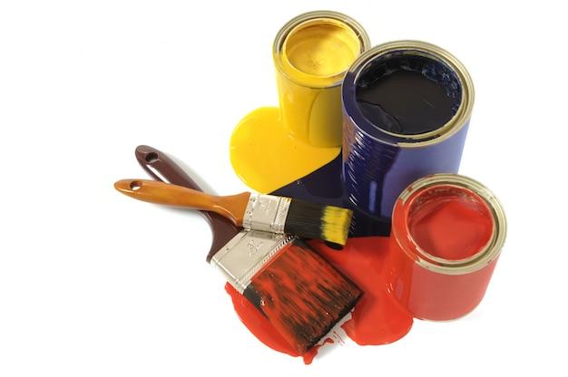 Latas de tinta e pincéis Foto gratuita