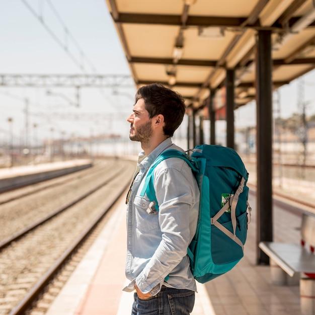 Lateral, passageiro, esperando, trem Foto gratuita