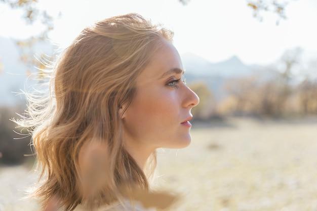 Lateral, perfil, mulher, olhar fixamente, lateralmente Foto gratuita