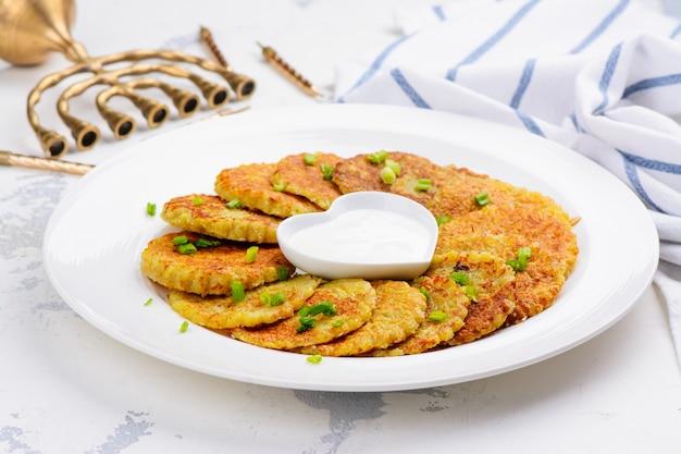 Latkes tradicionais do prato de hanukkah Foto Premium