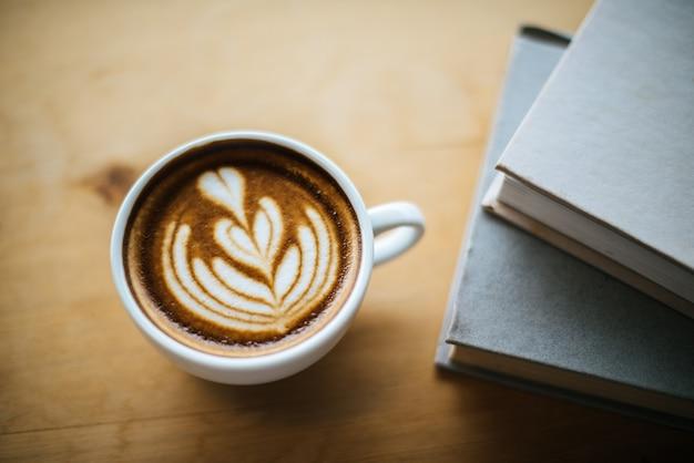 Latte art em xícara de café na mesa de café Foto gratuita