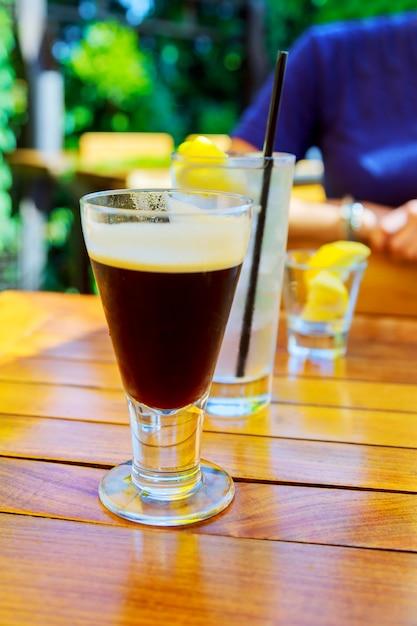 Latte, café, ou, caffe, latte, em, alto, latte, óculos, com, tabela, ajustes Foto Premium