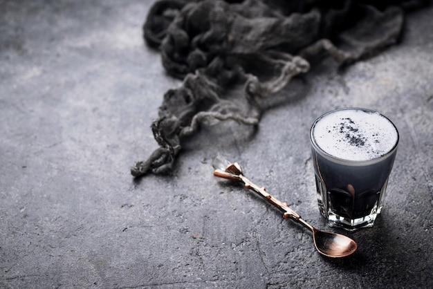 Latte de carvão preto. bebida de desintoxicação. Foto Premium
