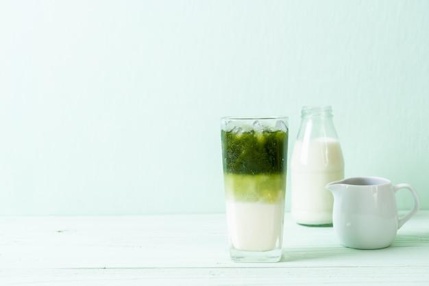 Latte de chá verde matcha gelado Foto Premium