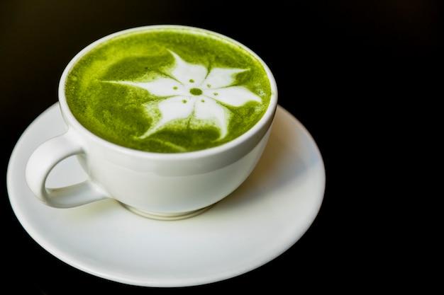 Latte, flor, arte, com, japoneses, chá verde, matcha, em, copo, ligado, pretas, fundo Foto gratuita
