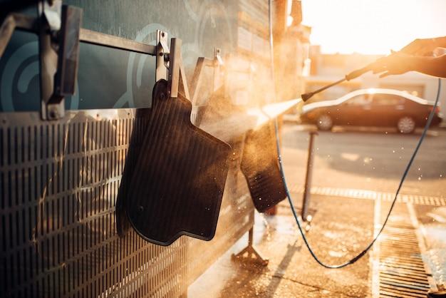 Lavagem de carpetes de automóveis com lavadora de alta pressão. estação lava-carros Foto Premium
