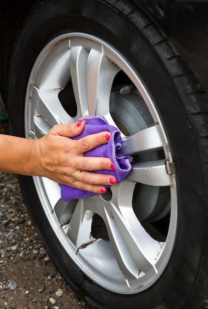 Lavagem de carro ao ar livre do pneu com esponja Foto Premium
