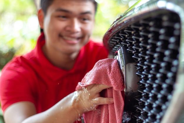 Lavagem de carro, limpeza de carro usando esponja de lavagem de carro Foto Premium