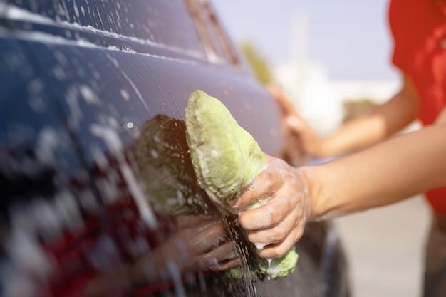 Lavagem de carros. limpeza do carro com água de alta pressão. Foto Premium