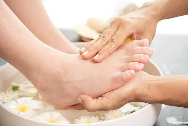 Lavagem dos pés no spa antes do tratamento. tratamento e produto spa para pés femininos e spa de mãos. Foto gratuita