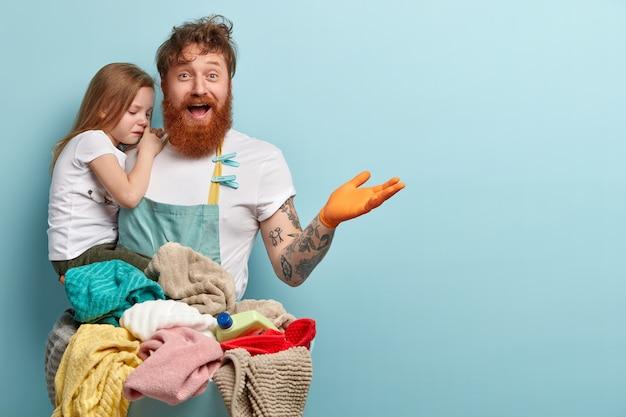 Lavandaria e conceito doméstico. homem ruivo encantado com barba espessa Foto gratuita