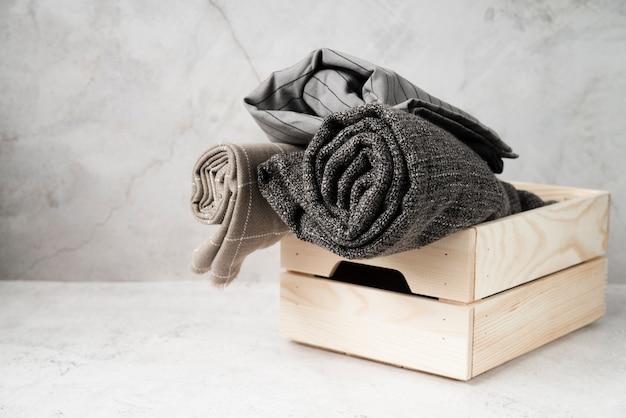 Lavanderia vista frontal em uma caixa de madeira Foto gratuita