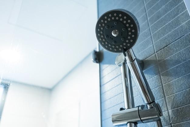 Lavar a cabeça. detalhes da sala de banho. Foto Premium